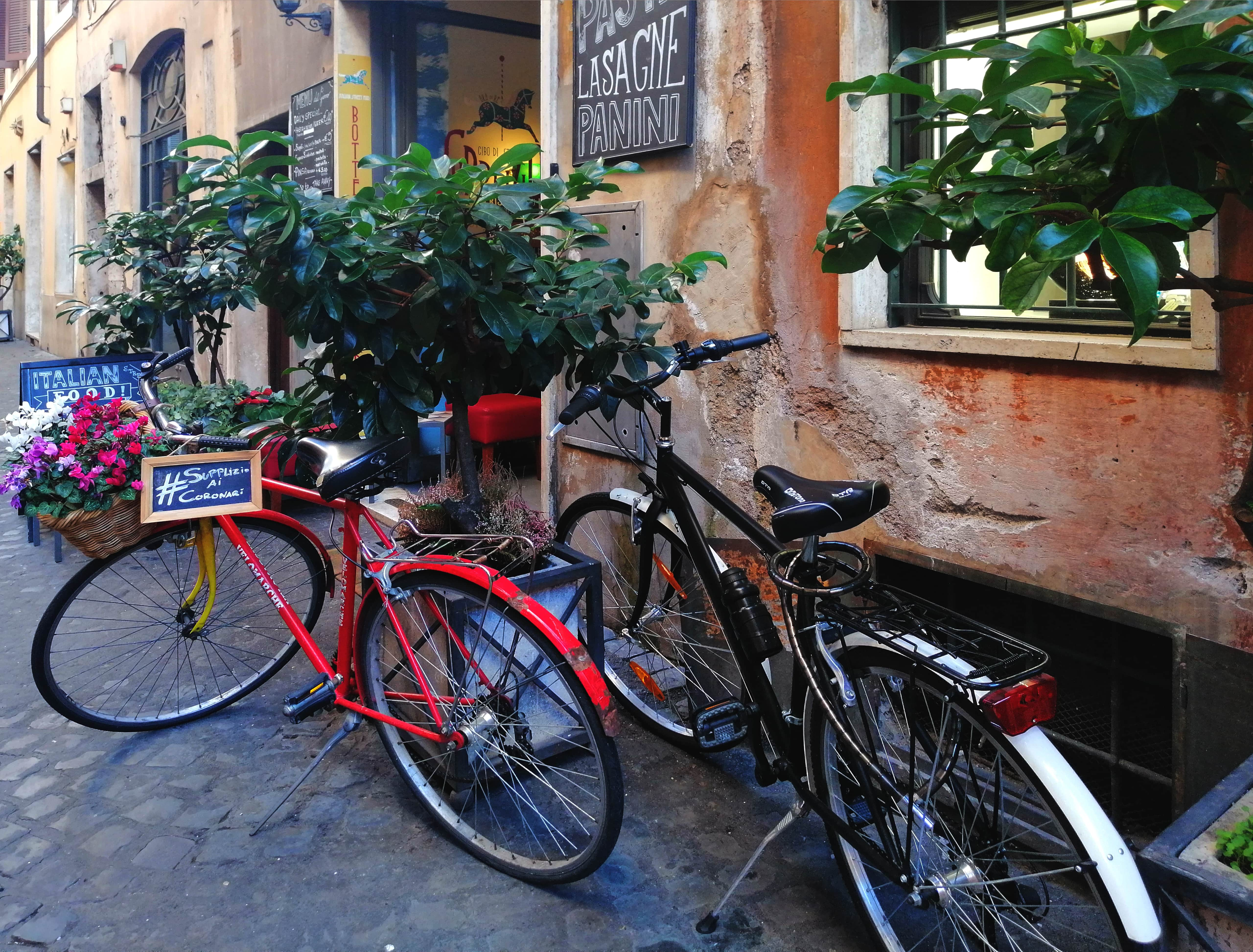 Wąskie włoskie uliczki mają swój klimat